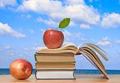 Kırmızı elma ve açık kitap — Stok fotoğraf