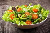 Salada com legumes e verduras — Foto Stock