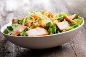 Caesar salat mit hühnchen und grünen — Stockfoto