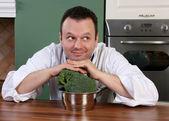 Chef-kok en broccoli — Stockfoto