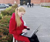 Meisje met laptop buitenchica con portátil al aire libre — Foto de Stock