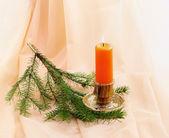 Burning candle and fir twig еловая ветка и горящая свеча — ストック写真