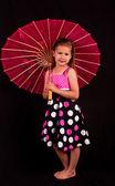 Klein meisje met roze paraplu — Stockfoto