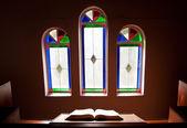 Kirche mit bleiglas-fenster — Stockfoto