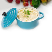 Mac and cheese on a blue little clay pot — Stock Photo