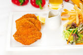 Classic Milanese veal cutlets and vegetables — Stock Photo