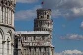 Pisa - doopkapel, de scheve toren en de duomo in de piazza dei miracoli — Stockfoto