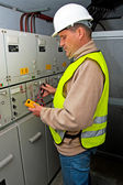 Eletricista em poder de comutação — Foto Stock