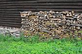 Bois de chauffage contre mur en bois — Photo