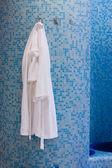 Banyo beyaz cüppe ile — Stok fotoğraf