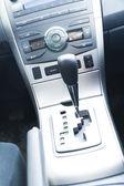 Düğmeleri ve kolu olan modern araç içi — Stok fotoğraf