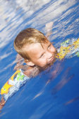 Malý chlapec v bazénové vody — Stock fotografie