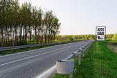 Strada con cartello del gas — Foto Stock