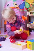 おもちゃの部屋のプレイで少女 — ストック写真