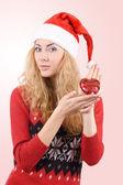 Femme au chapeau de santa tenant coeur rouge — Photo
