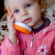 Girl talking on toy phone - Foto Stock