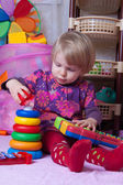 Baby flicka samlande pyramid — Stockfoto