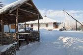 Winter in de binnenplaats van het dorp. — Stockfoto