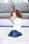 Malá dívka pitné vody — Stock fotografie
