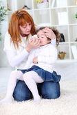 Mutter das Abwischen Tochter krank? s Nase — Stockfoto