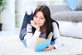 Dívka ležela a čtení knihy — Stock fotografie