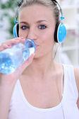 Jogger dricksvatten från flaska — Stockfoto