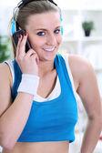Krásná mladá dívka mluví na telefonu — Stock fotografie