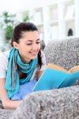 读一本书的美丽女人 — 图库照片