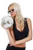 Sinnliche junge frau holding discokugel — Stockfoto
