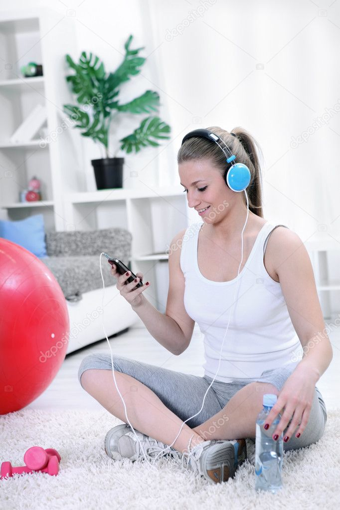 Teenager girl listening music resting after exercising — Stock Photo #10304972