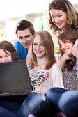 Studenti adolescenti con computer portatile — Foto Stock