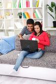 在客厅里对年轻快乐夫妇 — 图库照片