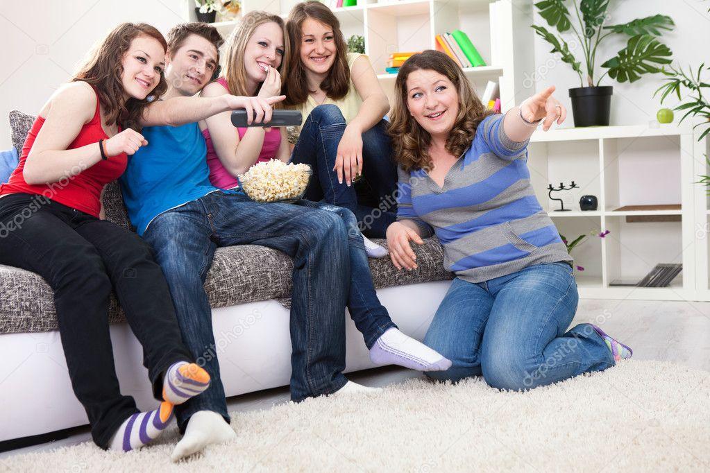 J venes riendo y viendo la tele foto de stock for Cama quinsay