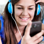 leende flicka med smart telefon — Stockfoto