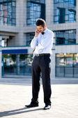 Empresario hablando con el teléfono móvil — Foto de Stock