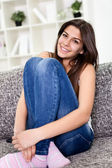 Süße teenager-mädchen auf dem sofa sitzen — Stockfoto
