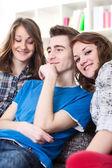 Jonge mannen met twee meisjes — Stockfoto