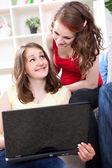 Mladé dívky pomocí přenosného počítače — Stock fotografie
