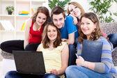 Groep van tieners met laptop — Stockfoto