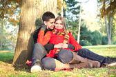 Jeune amour couple détente dans le parc — Photo
