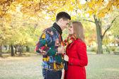 улыбаясь влюбленная пара в романтическое время — Стоковое фото