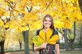秋の葉を持つ若い女 — ストック写真
