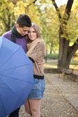 Liebespaar mit regenschirm — Stockfoto
