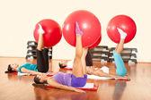 Работающ с фитнес-мячом — Стоковое фото