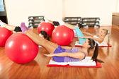 Jóvenes haciendo a pilates ejercicios — Foto de Stock