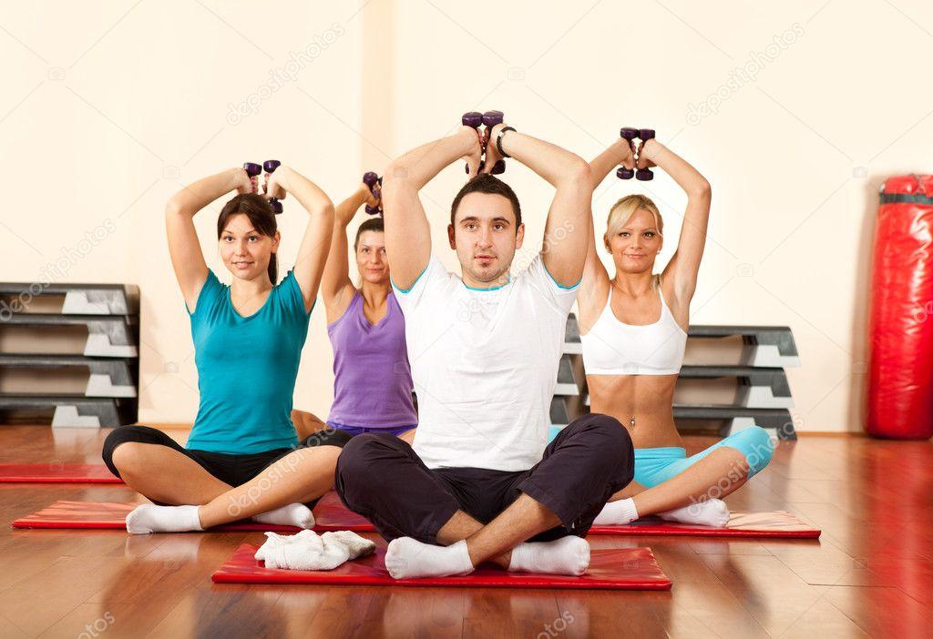 在健身房锻炼哑铃组