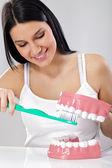 Femme se brosser les dents — Photo