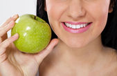 Großes lächeln und grünem apfel — Stockfoto