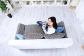 Красивая девушка расслабляющий в гостиной — Стоковое фото