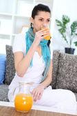 Fille boire le jus d'orange — Photo